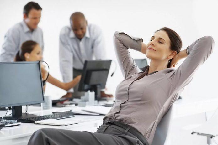 Женщина отдыхает на офисном кресле