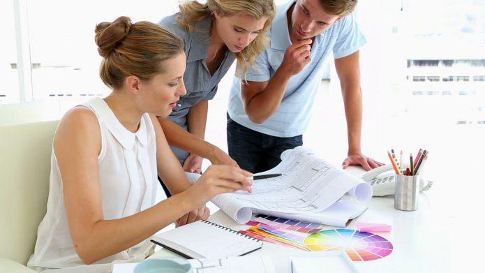 Дизайнер с клиентами