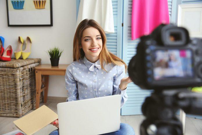 Девушка, камера, ноутбук