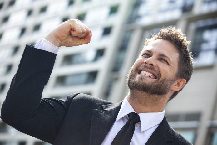 Мужчина радуется победе
