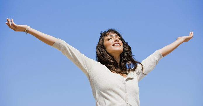 Девушка подняла руки к небу