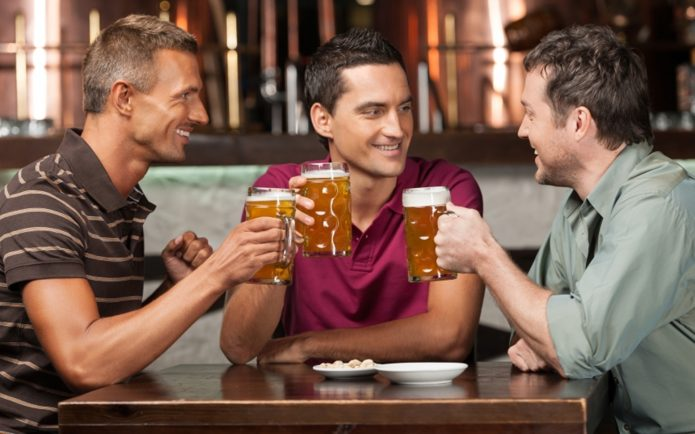 Мужчины пьют пиво