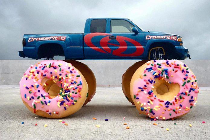 Машина с колёсами из печенья