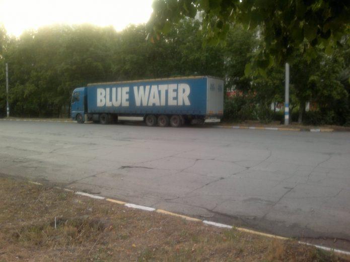 Машина с надписью Blue Water