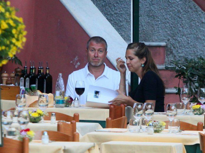 Абрамович с женой в ресторане