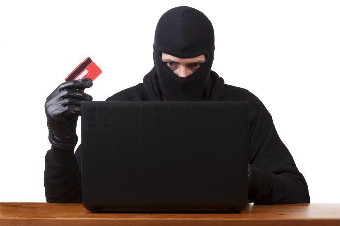 Мошенник с ноутбуком и банковской картой