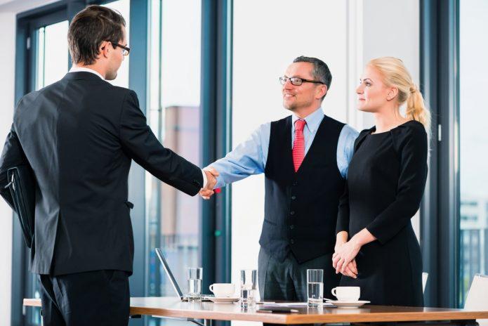 Партнёры пожимают друг другу руки