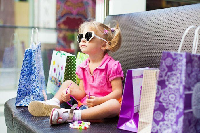 Девочка на диване с покупками