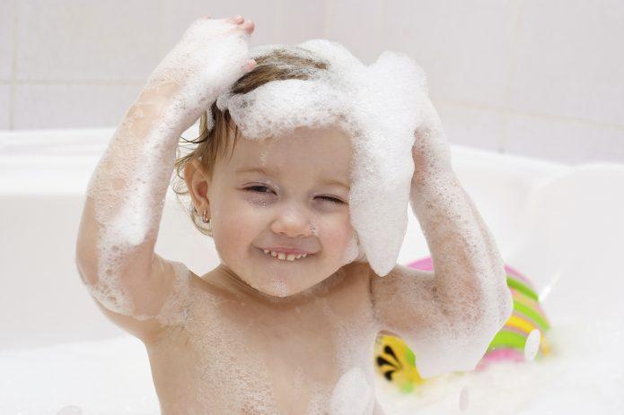 Ребёнок купается в ванне