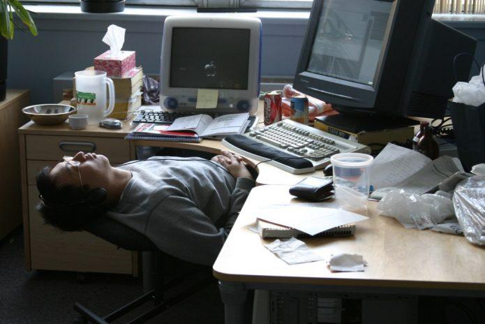 Спящий на работе за компьютером