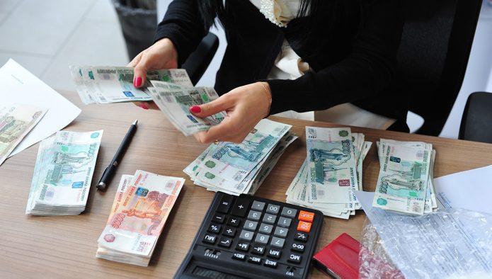 Стопки денег на столе