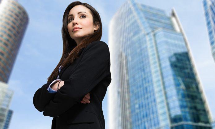 Девушка на фоне небоскрёбов