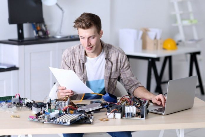 Юноша ремонтирует технику