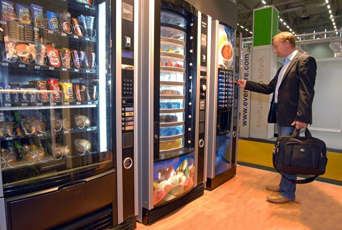 мужчина у вендинговых автоматов