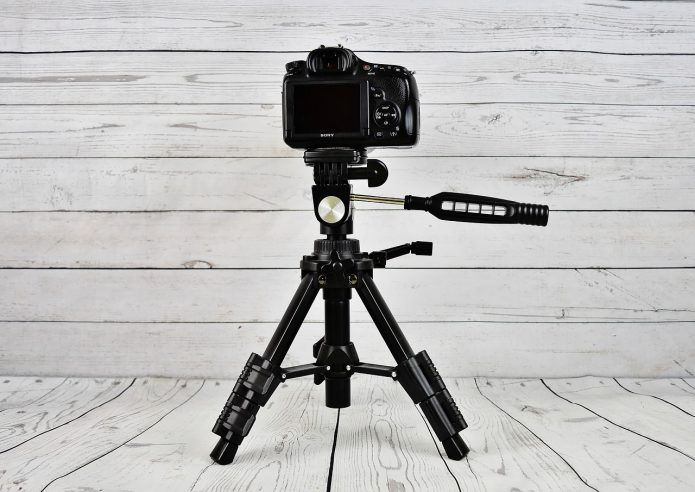 Камера на штативе