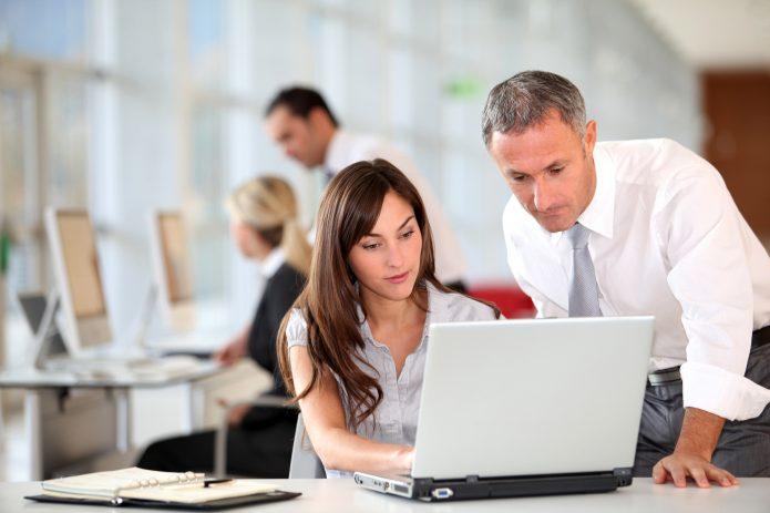 Мужчина и женщина за ноутбуком