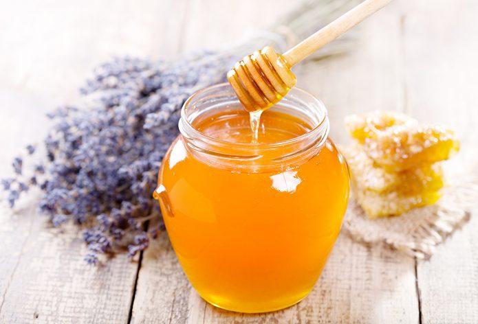 Открытая банка с мёдом