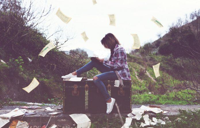 Девушка с книжными листами