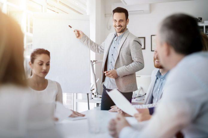 бизнес-тренер ведёт семинар