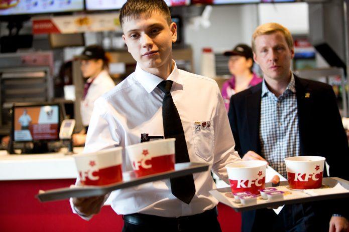 Работник зала в KFC