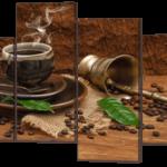Кофе на коричневом фоне