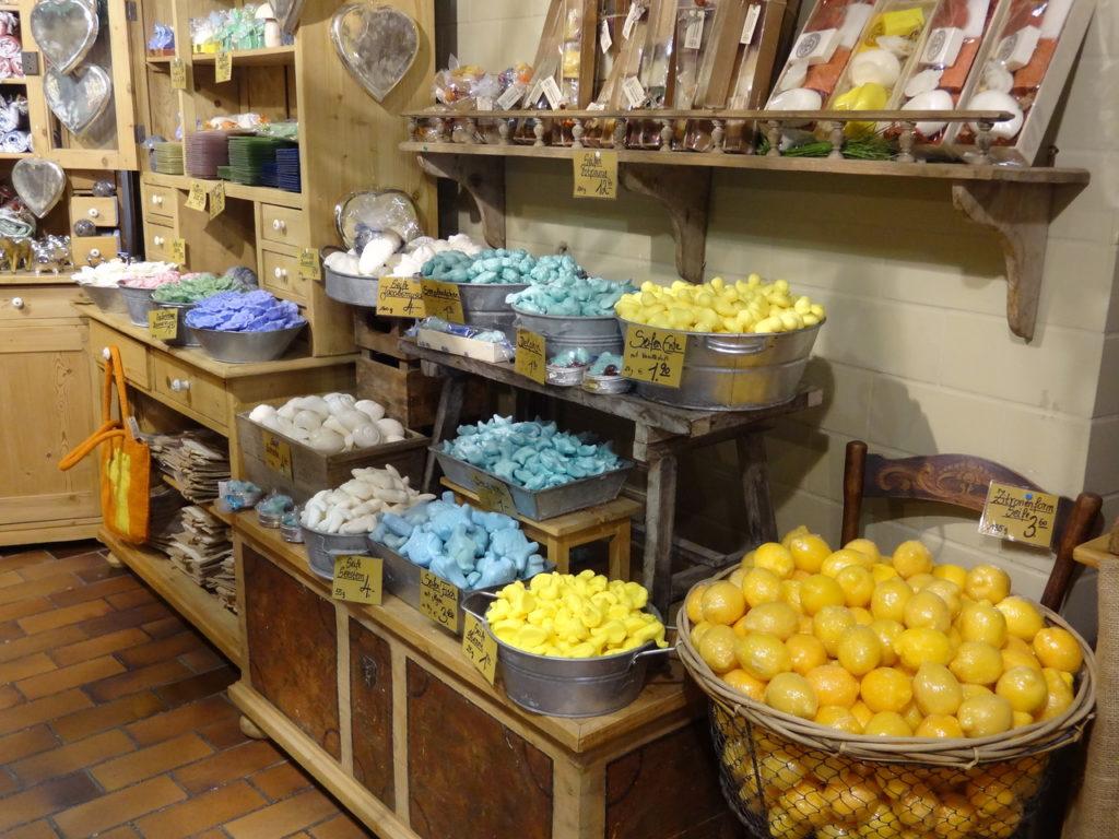 Витрина магазина по продаже мыла ручной работы