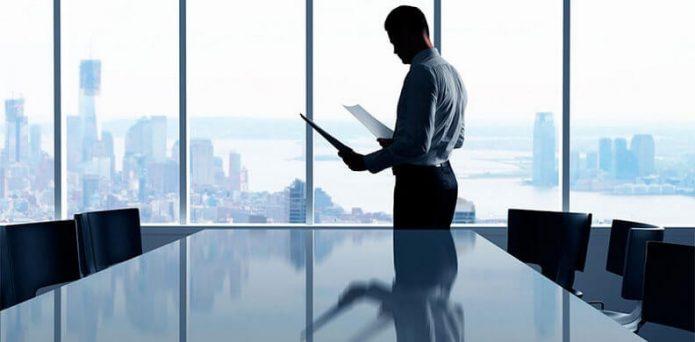Офисный сотрудник с документами