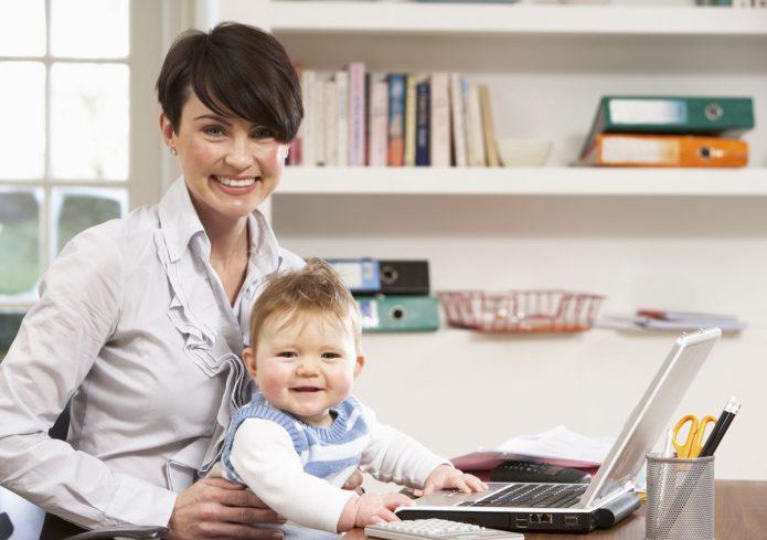 Улыбающиеся мама с ребенком в офисе