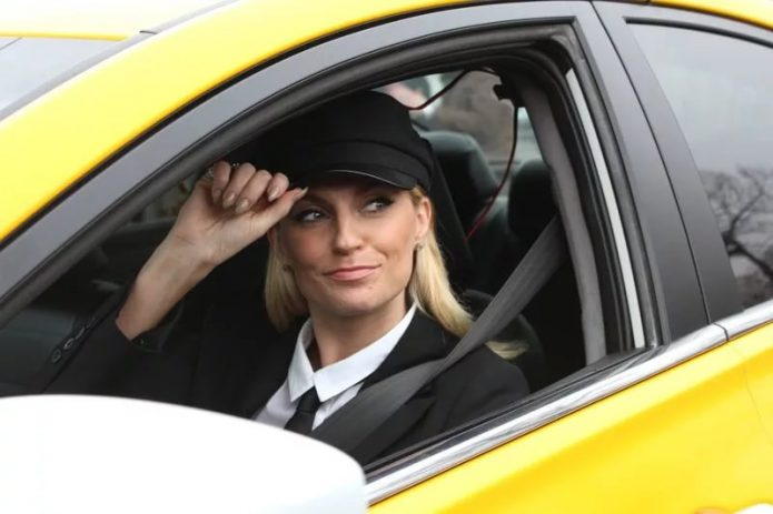 Водитель за рулем жёлтого авто