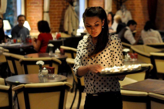 Официант в кафе или ресторане