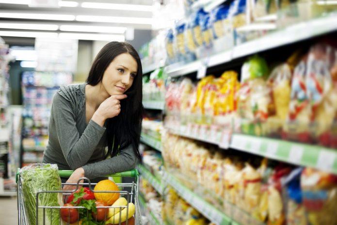 покупать еду в супермаркете