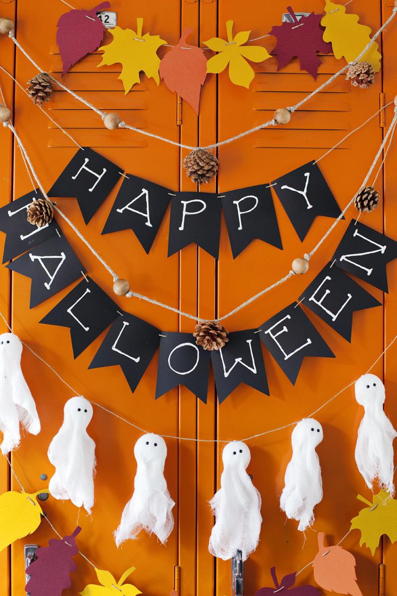 Флажки и привидения в оформлении помещения на Хэллоуин