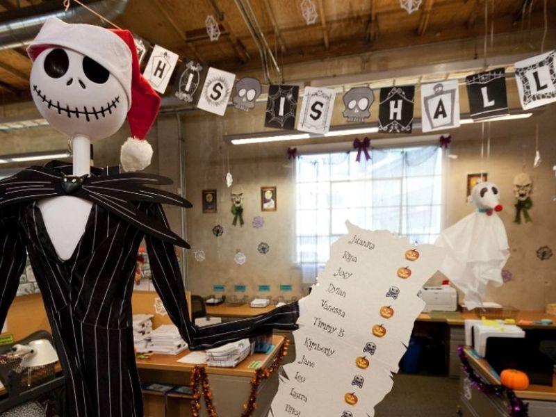 Как украсить офис на Хэллоуин — простые идеи на фото