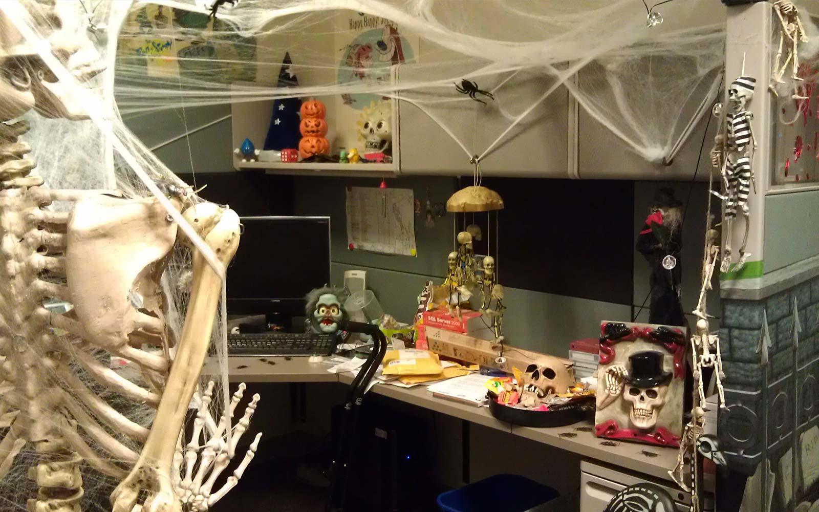 Скелеты и паутина в оформлении офиса на Хэллоуин