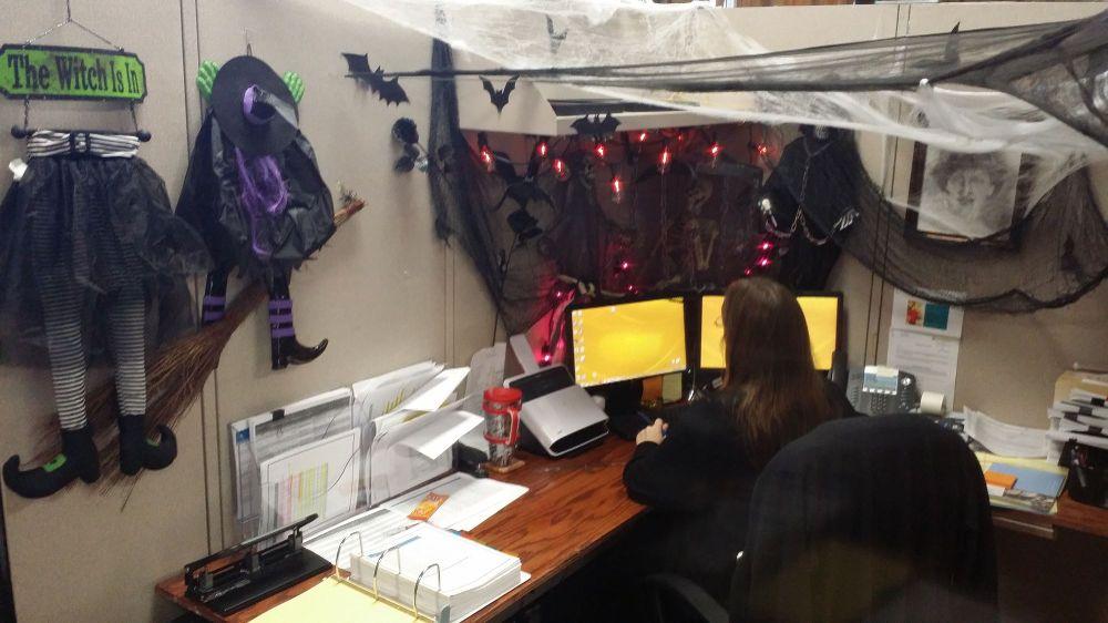 Ведьминская атрибутика в оформлении офиса на Хэллоуин