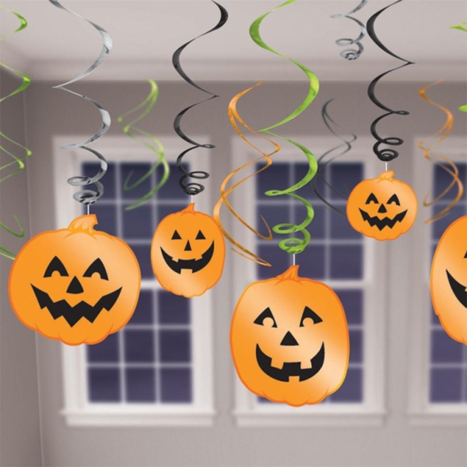 Бумажные тыквы в оформлении офиса на Хэллоуин
