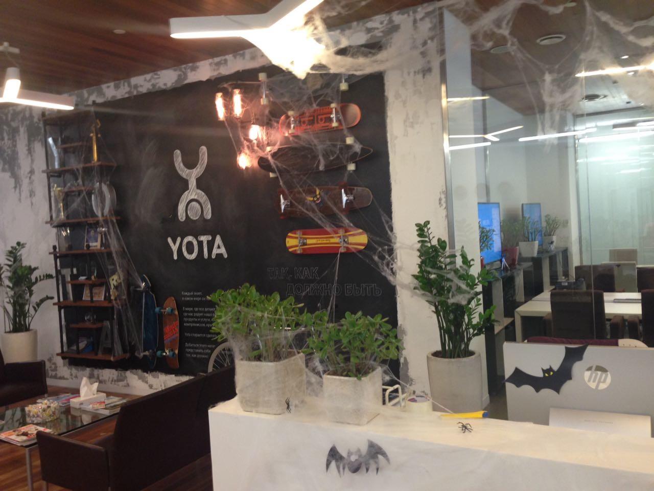 Паутина в оформлении офиса на Хэллоуин