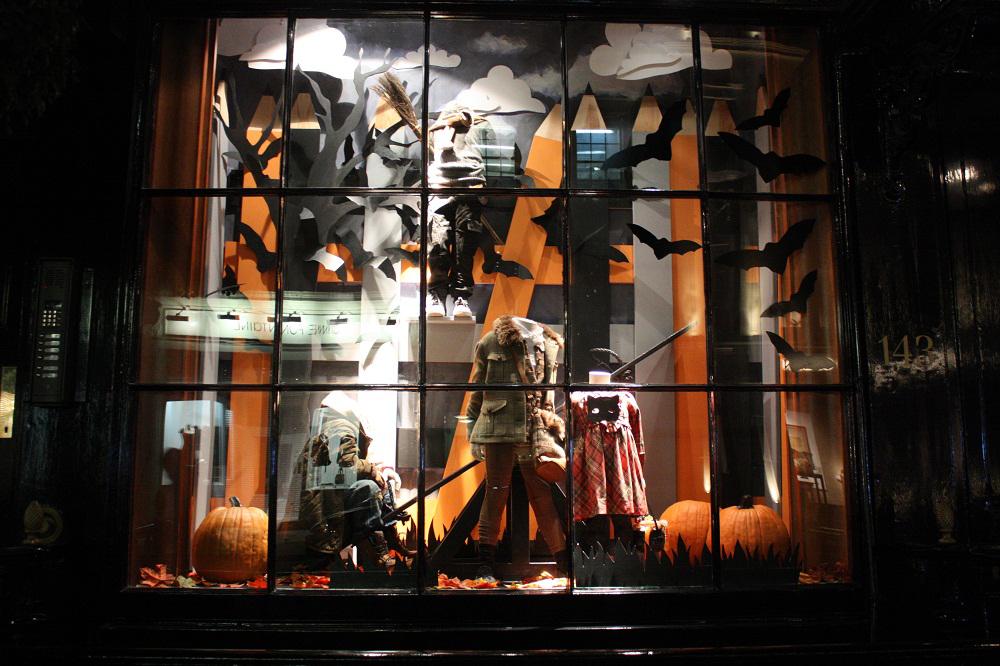 Оформление витрины на Хэллоуин