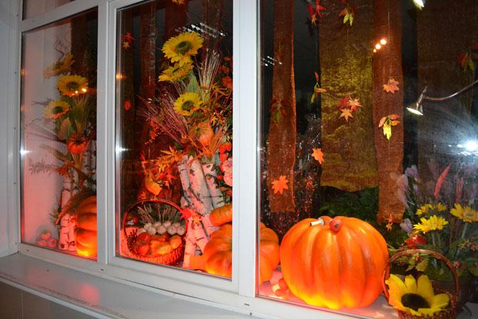 Оформление окна тыквами и осенними букетами на Хэллоуин