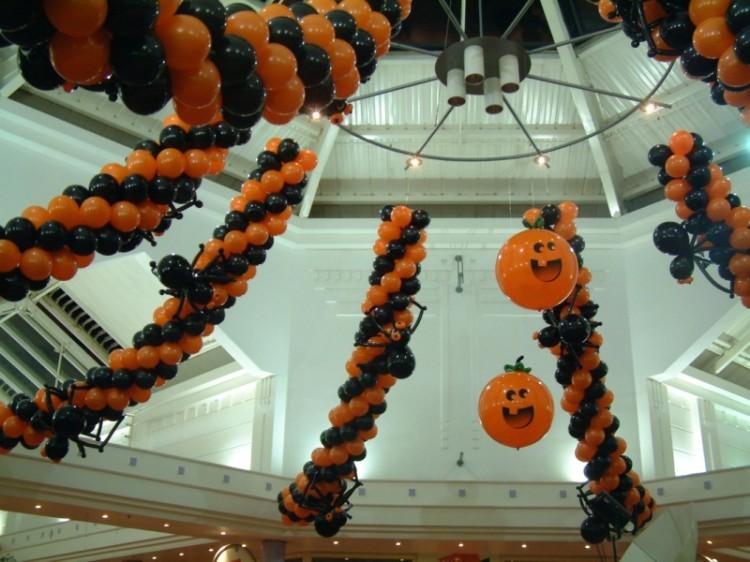 Гирлянды из воздушных шаров в оформлении магазина на Хэллоуин