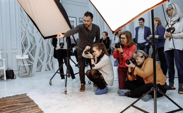 Люди проводят съёмку в фотостудии