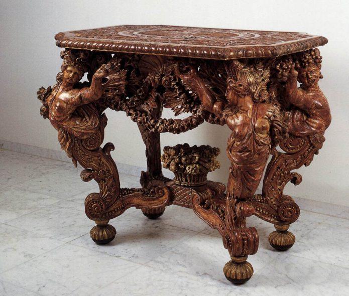 Деревянный резной стол