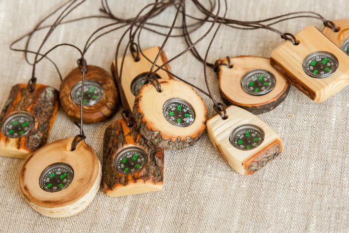 Деревянные кулоны с компасом