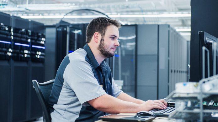 IT-специалист работает за компьютером