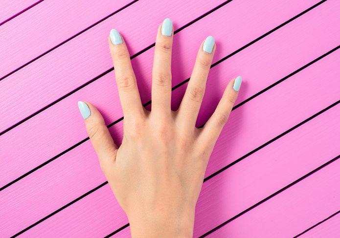 Рука с накрашенными ногтями