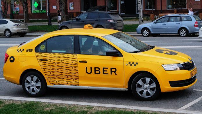 Таксист Убер везёт пассажиров