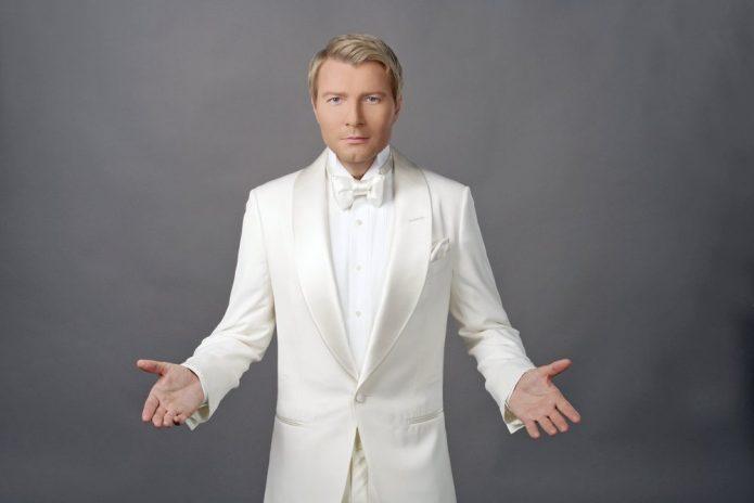 Николай Басков в белом костюме