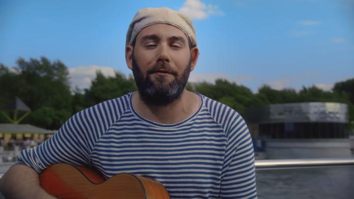 Семён Слепаков с гитарой