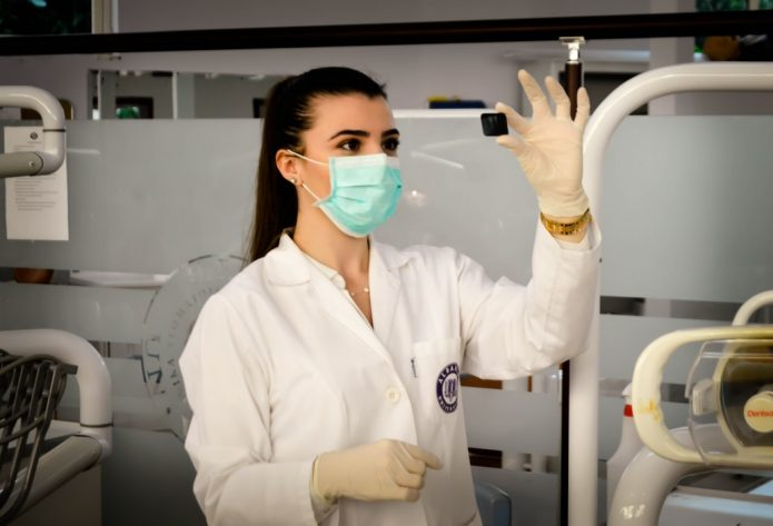 Медсестра изучает рентгеновский снимок