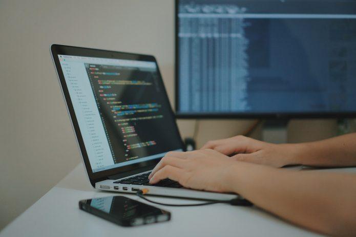Ноутбук с программным кодом на экране